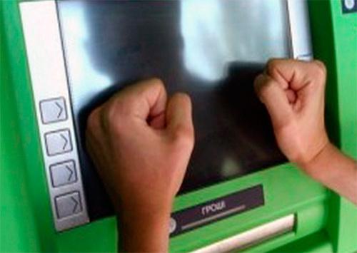 На Херсонщине клиент избил банкомат