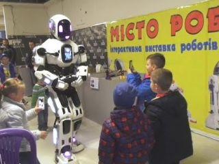До Херсона привезли інтерактивну виставку роботів