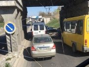 В Херсоне авария под мостом вызвала автомобильную пробку