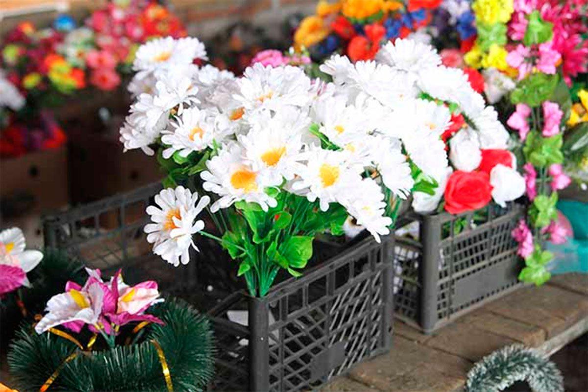 У громаді на Херсонщині хочуть заборонити пластмасові квіти на кладовищах