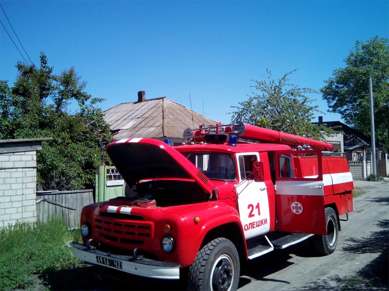 Олешківські рятувальники ліквідували пожежу в приватному будинку