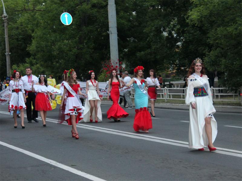 Карнавальна хода на чолі з Мельпоменою пройшла вулицями Херсона