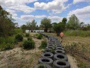 На Херсонщині Дніпро загатили старими шинами
