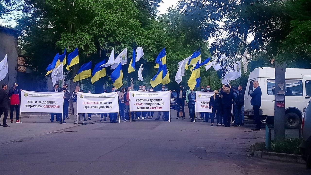В Херсоне аграрии вышли на акцию против квот на импорт удобрений