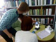 В Херсоне посетители библиотеки рассмотрели коронавирус под микроскопом