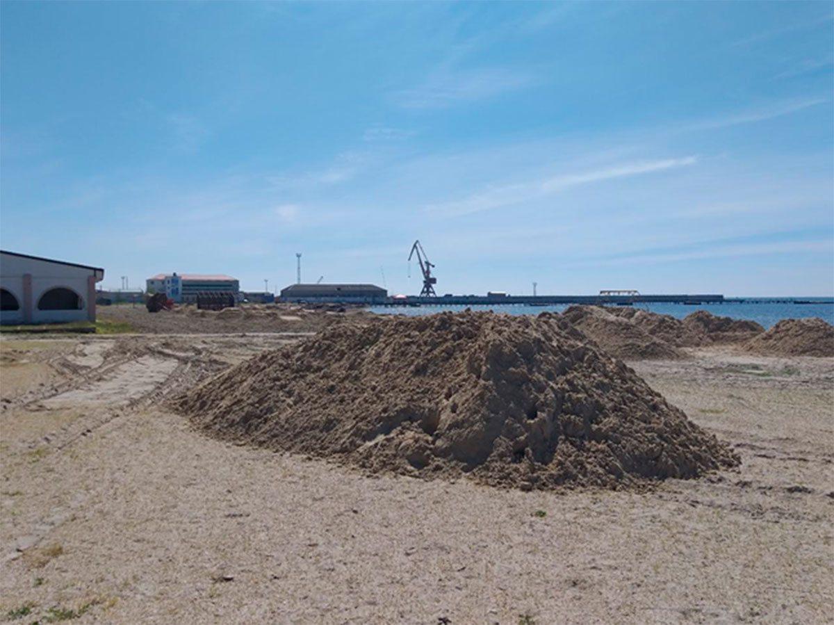В Скадовске на пляже появился песок