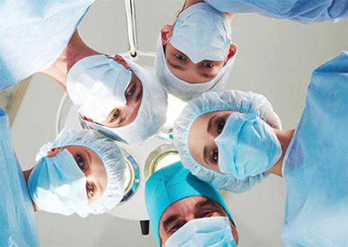 Пацієнтові видалили пухлину безпосередньо в спинному мозку