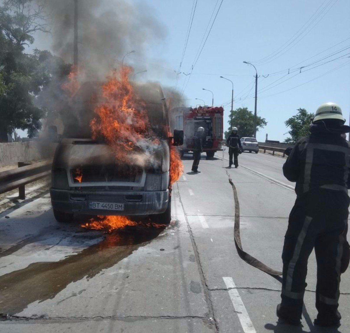 В Херсоне микроавтобус сгорел на Корабельной площади