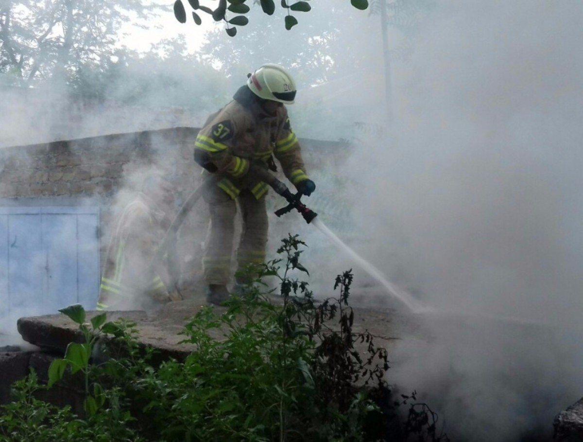 В Херсоне спасатели потушили пожар в колодце теплотрассы