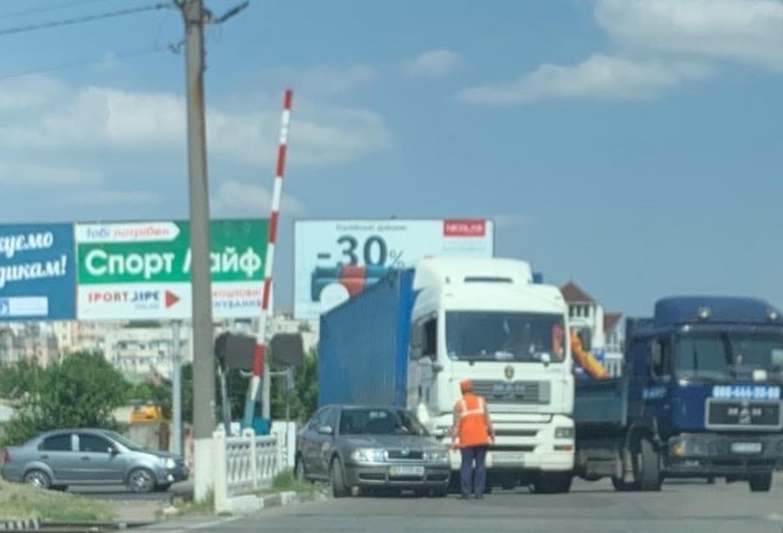 В Херсоне в результате ДТП фура перекрыла железнодорожный переезд