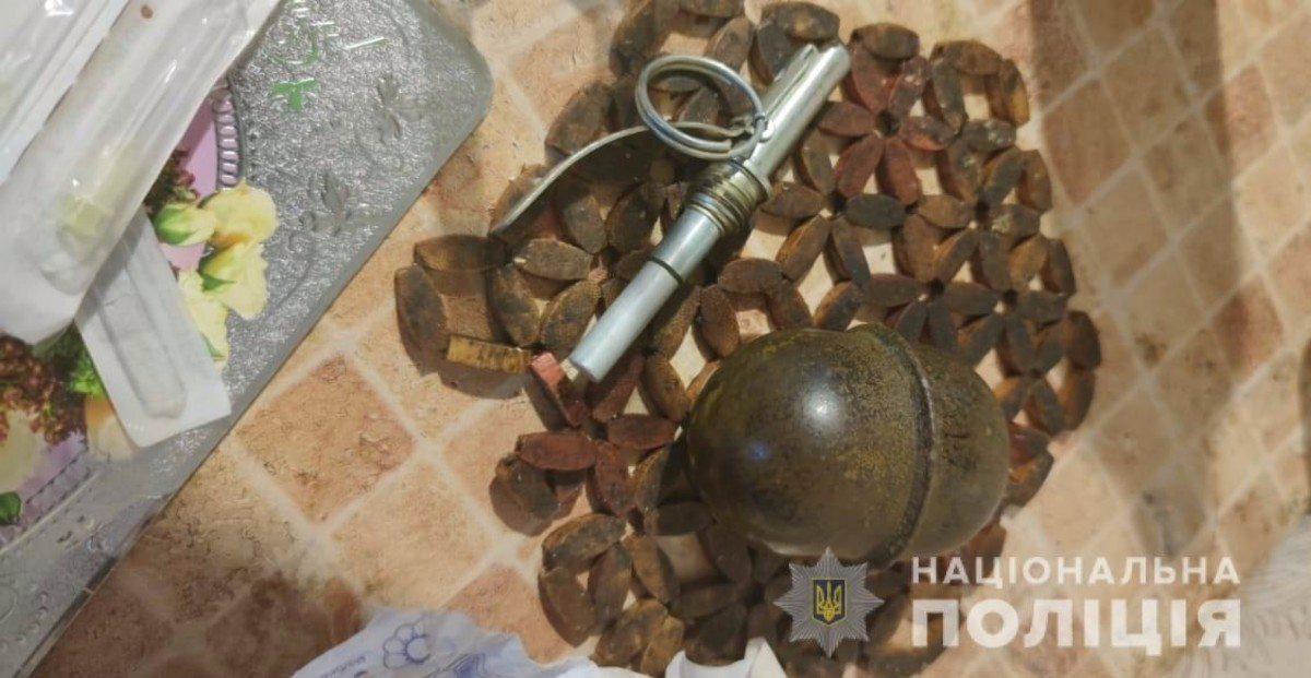 Каховские полицейские нашли в квартире местного жителя гранату и марихуану
