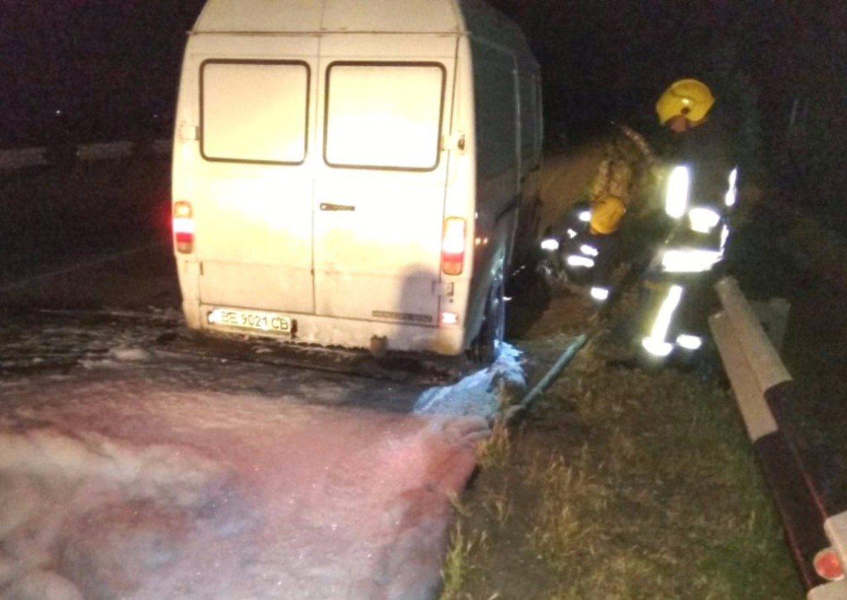 Каховские спасатели потушили загоревшийся на трассе микроавтобус
