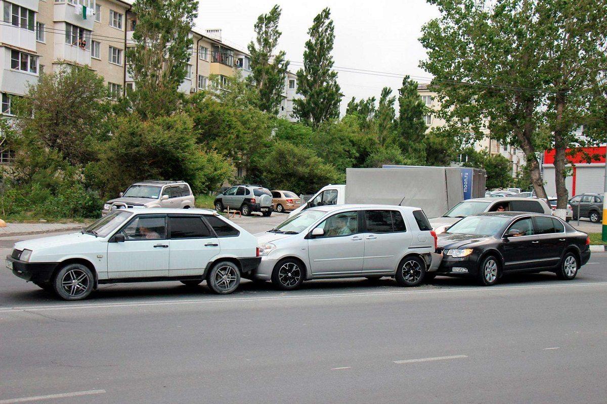 В Херсоне из-за несоблюдения дистанции столкнулись три авто