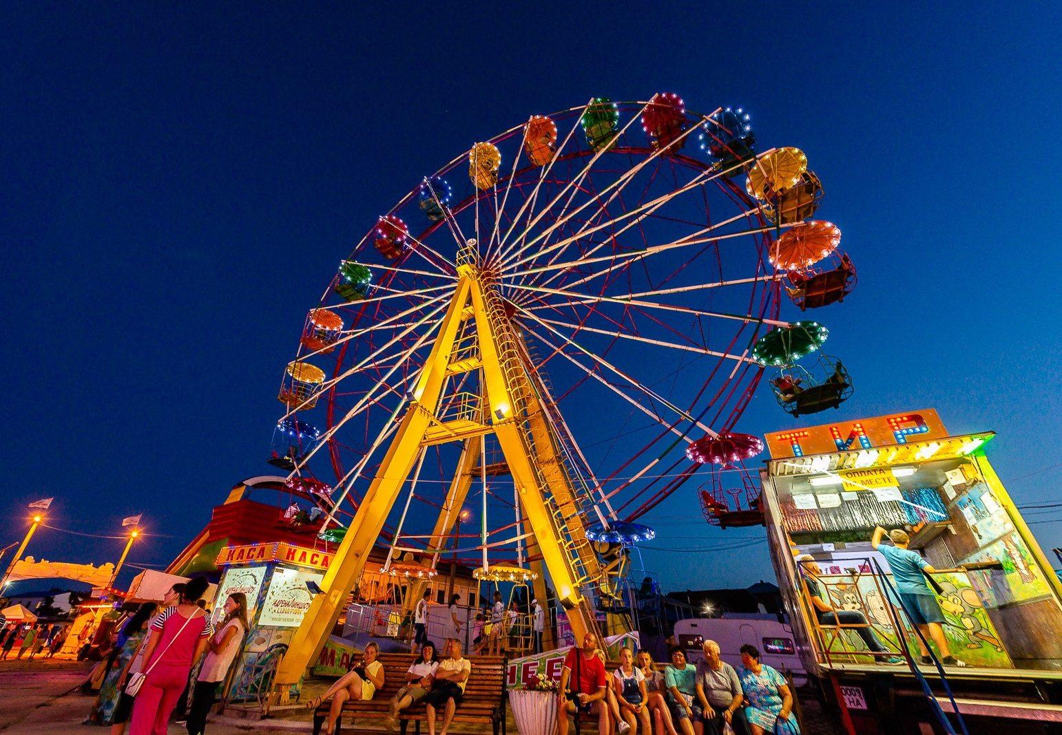 На херсонском курорте установили громадное 30-метровое колесо обозрения
