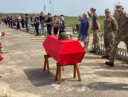 На Херсонщині невідомим солдатам віддали останню шану