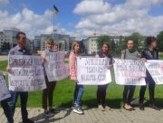 В центре Херсона протестуют против закрытия школ в области