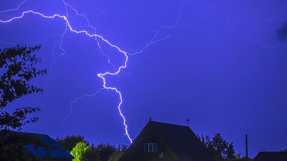 На Херсонщине молния ударила в дом и вызвала пожар