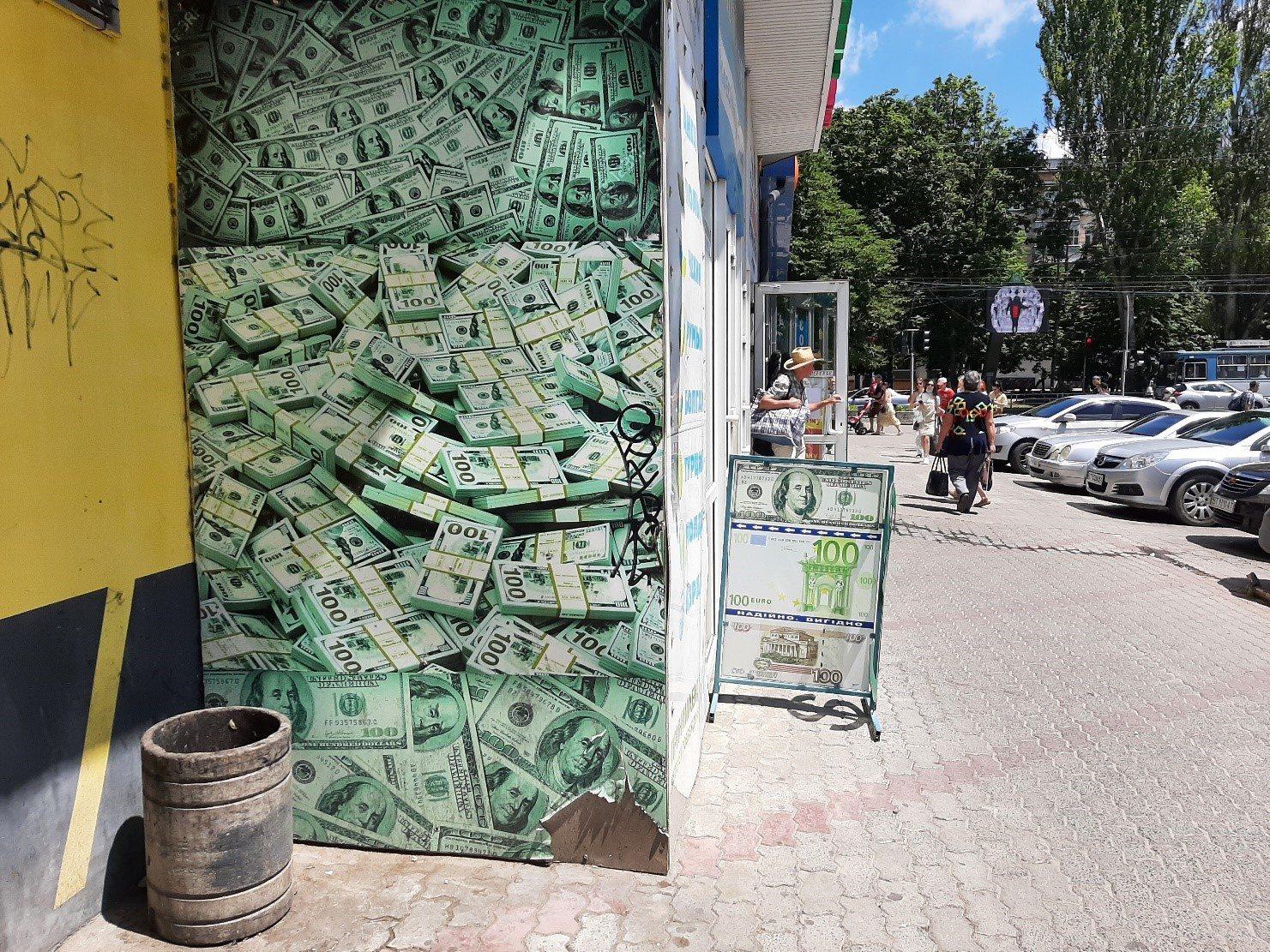 В Херсоне деньгами обклеивают стены