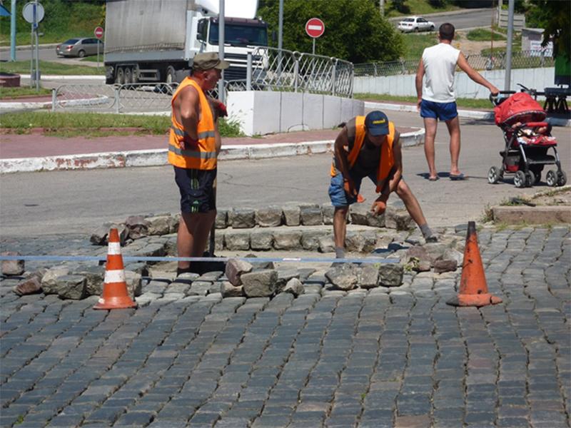 В Херсоне дороги ремонтируют веками