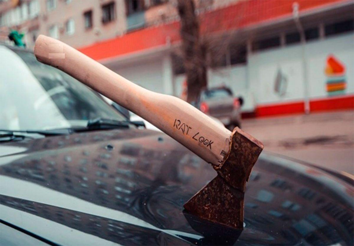 В Херсоне один водитель кинулся  на другого с топором