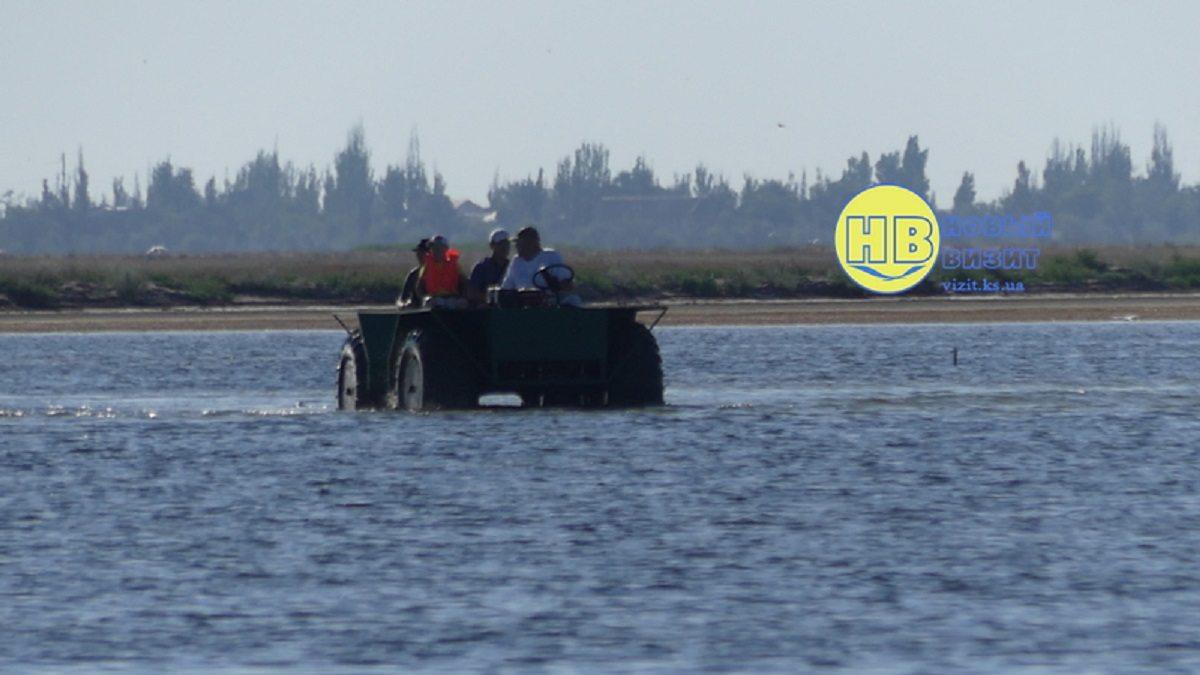 Житель Херсонщины добрался до острова на озере Сиваш на самодельной колёсной амфибии