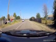 По дороге на херсонской курорт перевернулся и упал в кювет автомобиль (видео)