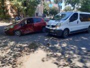 В центре Херсона микроавтобус врезался в иномарку (видео)