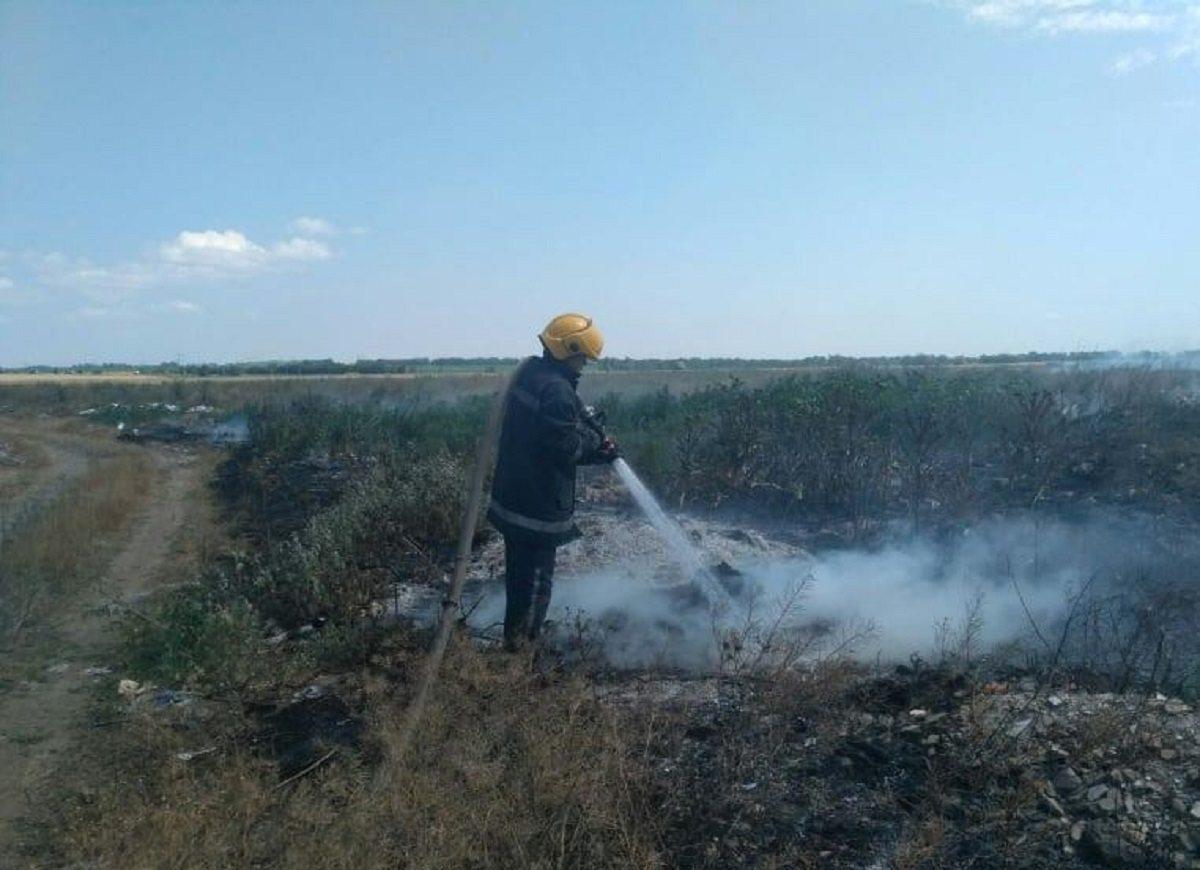 В селе на Херсонщине из-за стихийной свалки едва не сгорело зерновое поле