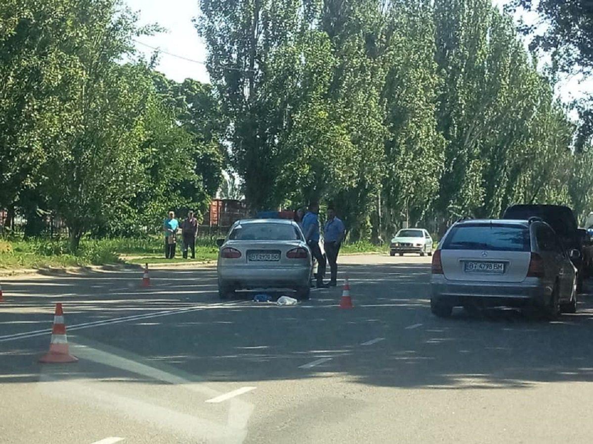 В Херсоне автомобиль насмерть сбил женщину, переходившую дорогу в неположенном месте (видео)