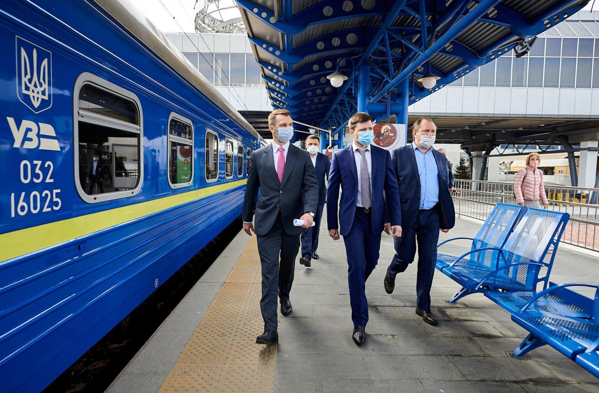 """""""Укрзализныця"""" уволила руководителей депо, выпустивших на маршрут поезд с дырявой крышей"""