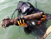 У Антоновского моста в Херсоне водолазы ищут боеприпасы