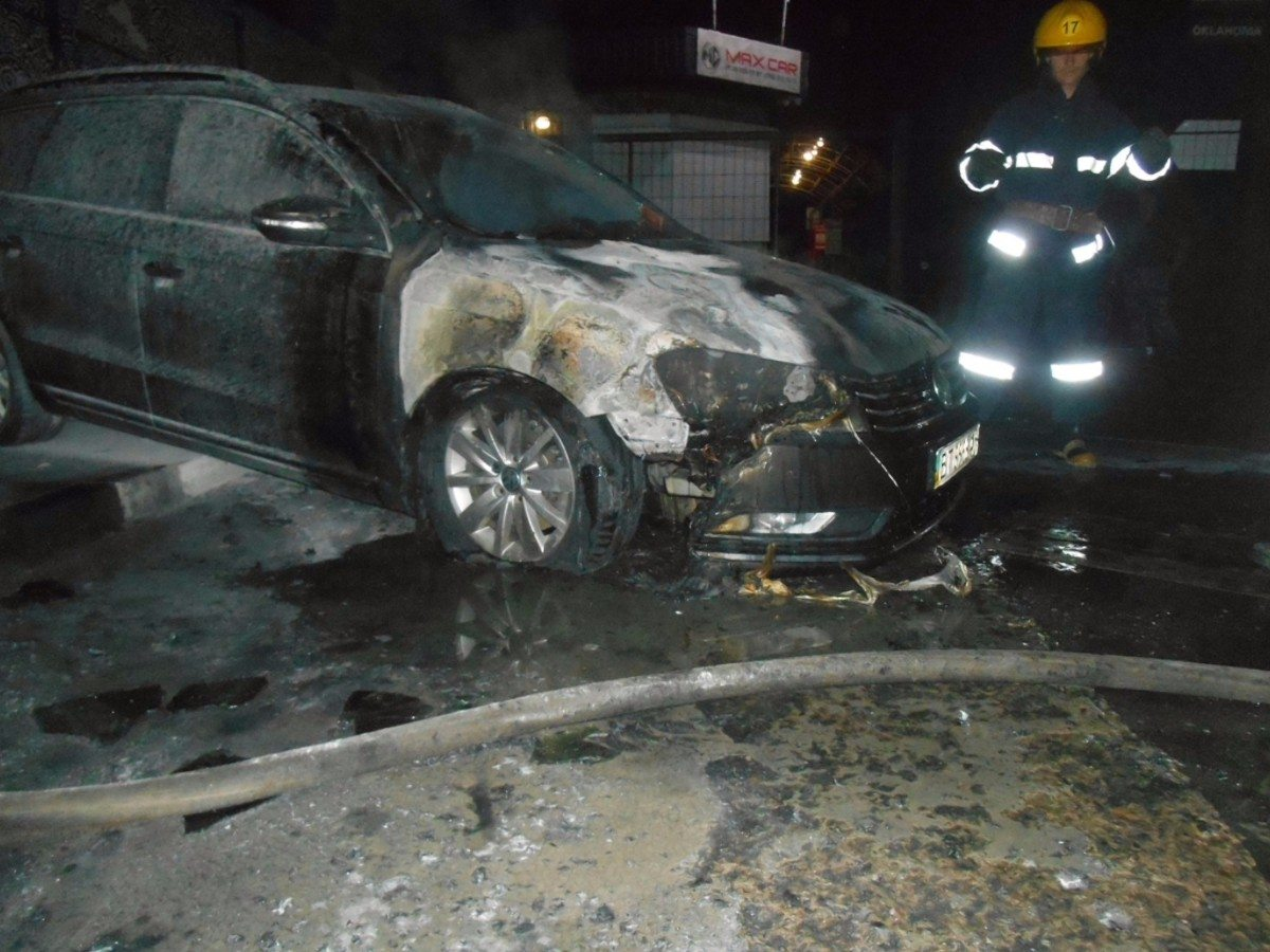 """В Новой Каховке ночью горел автомобиль""""Фольксваген"""""""