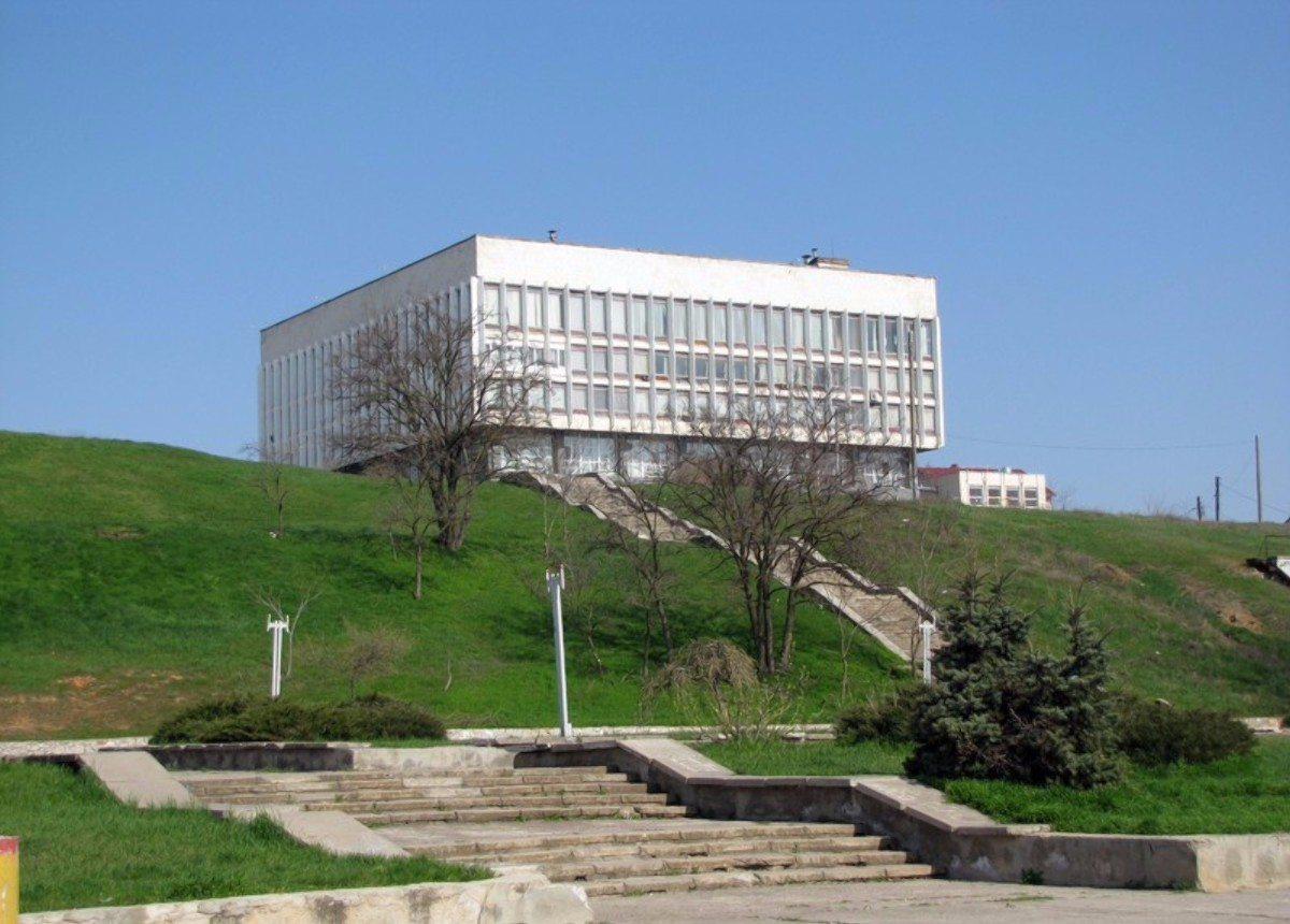 Херсонская библиотека имени О.Гончара,библиотека,сад