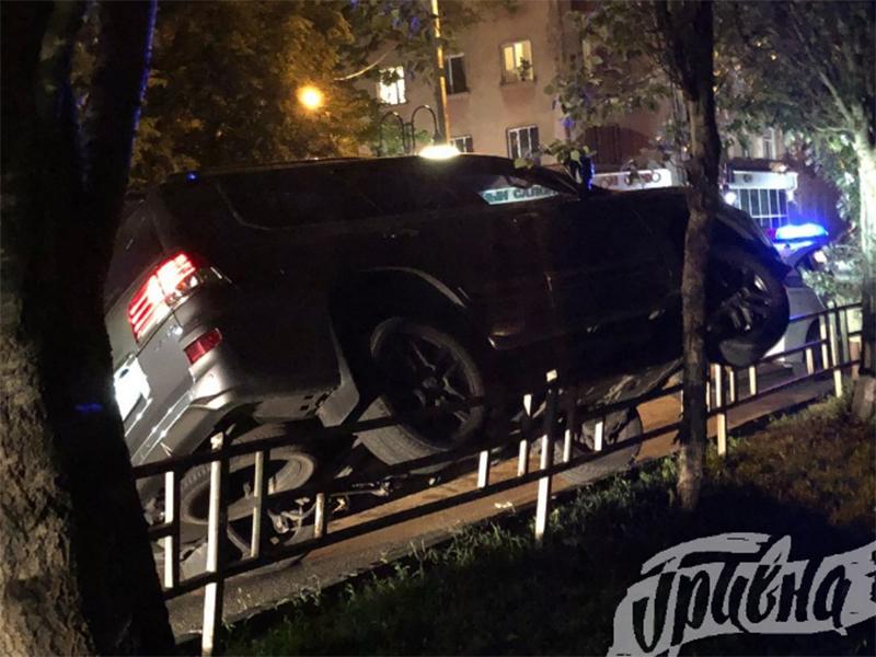 Херсонские водители теперь паркуются на... заборах