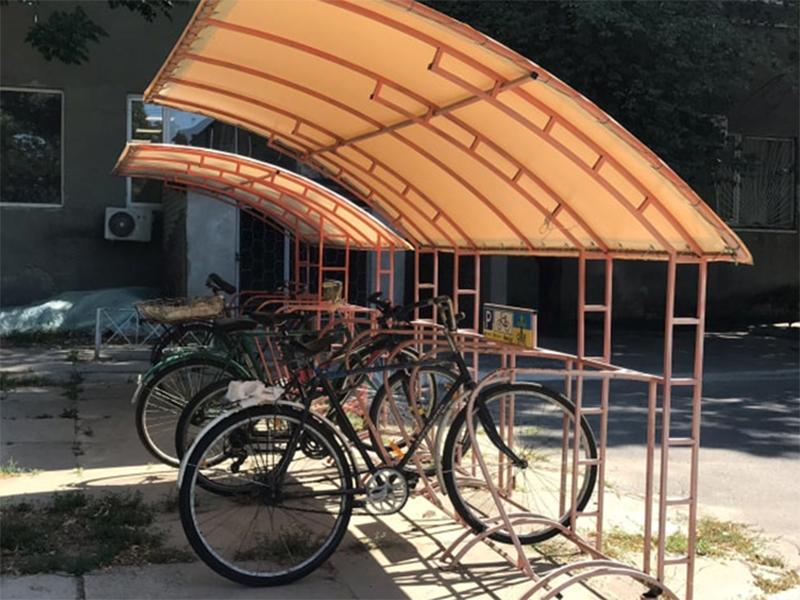 Новий стиль Херсонського держуніверситету - велопарковки