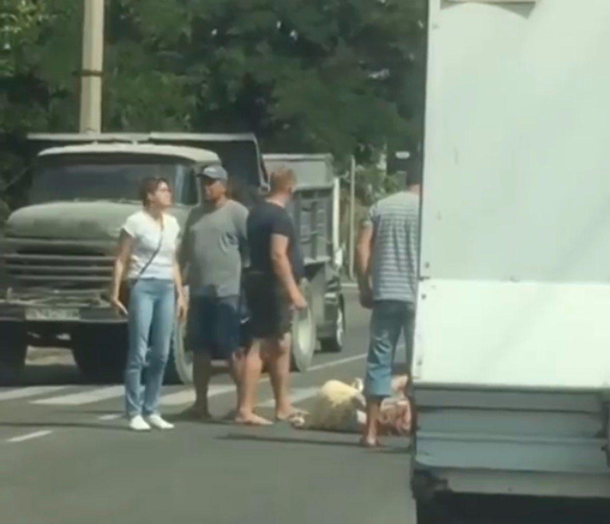 В Херсоне автомобиль сбил девушку на улице Нефтяников (видео)
