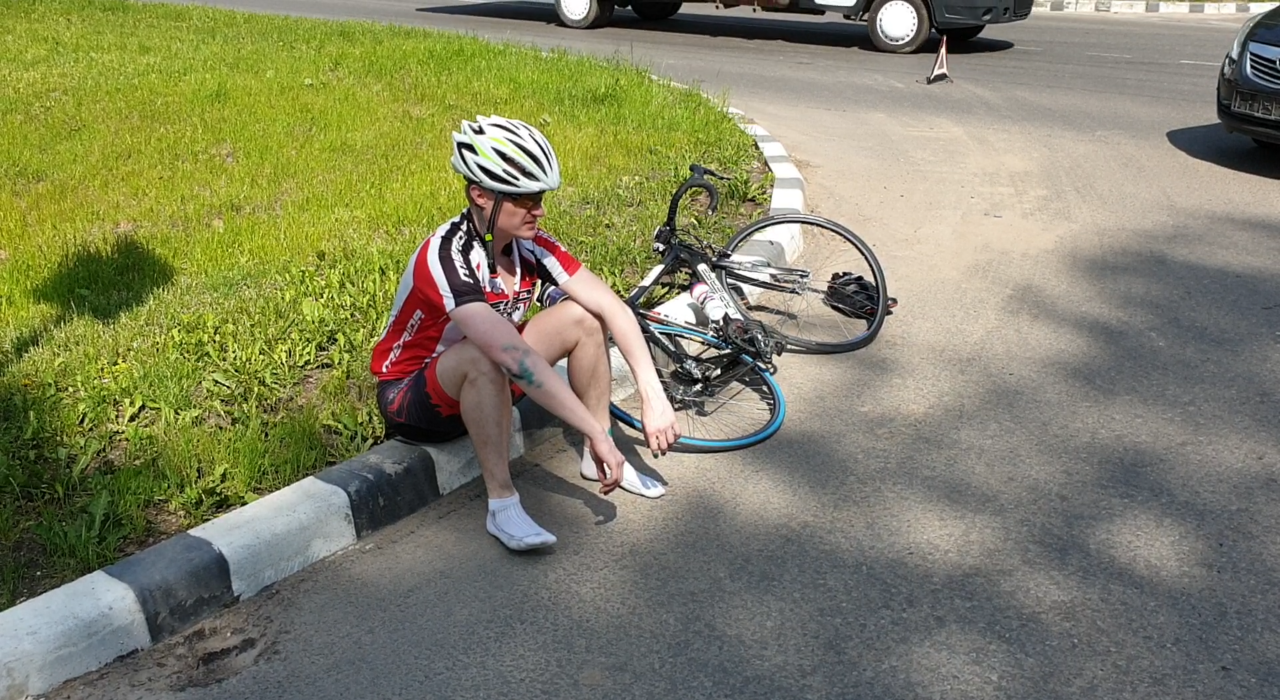 В Херсоне автомобиль на перекрестке сбил велосипедиста - видео столкновения