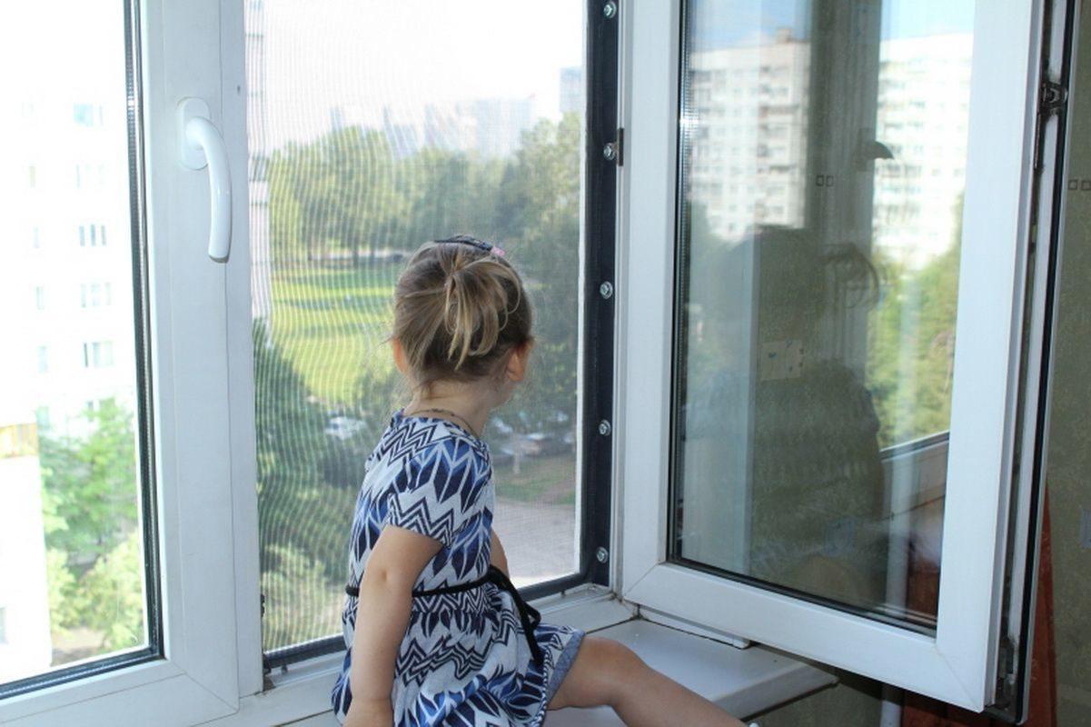 В Херсоне двухлетняя девочка выпала из окна второго этажа