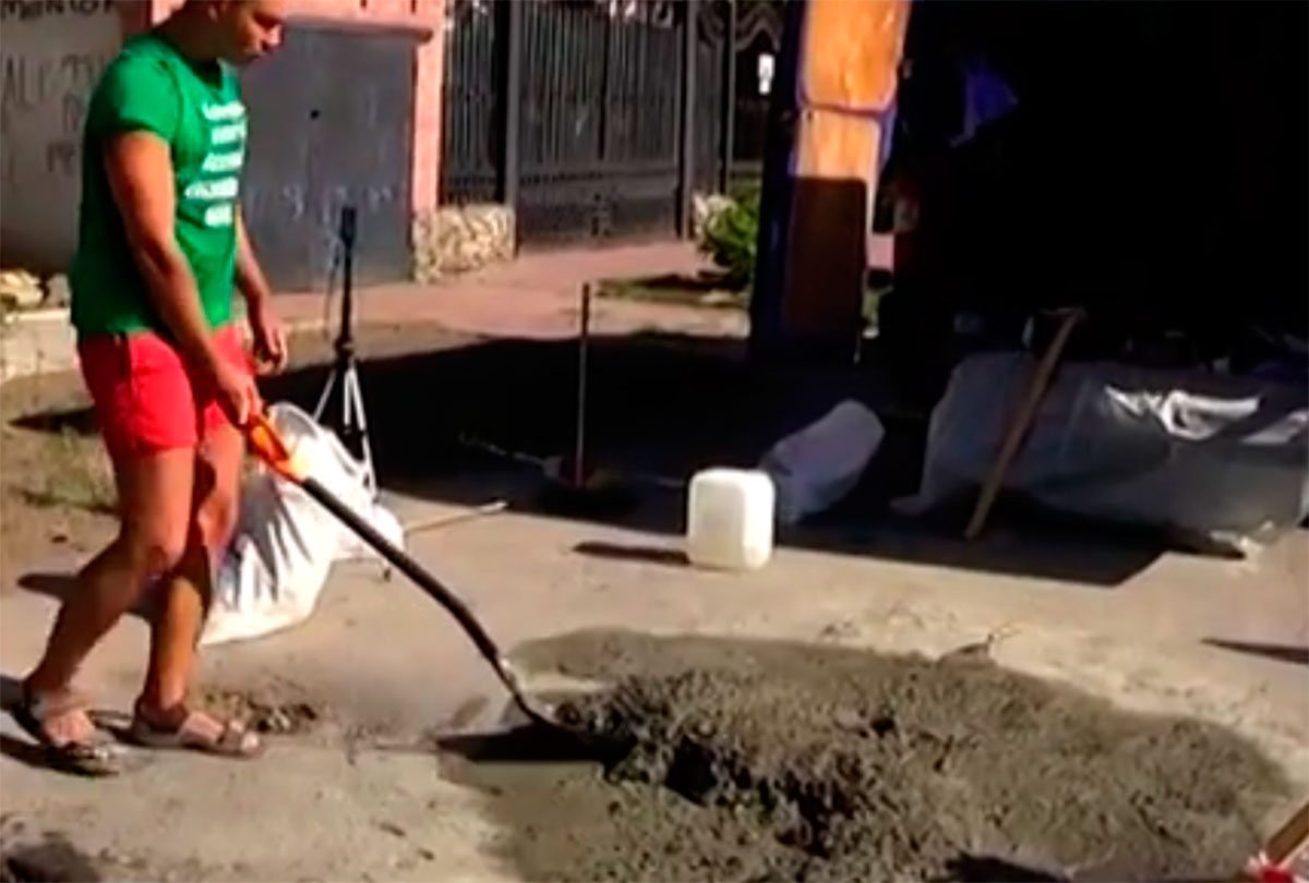 У Херсоні люди самі дороги ремонтують