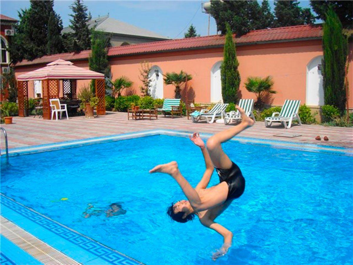 Сломал позвоночник в бассейне отдыхающий на Херсонщине