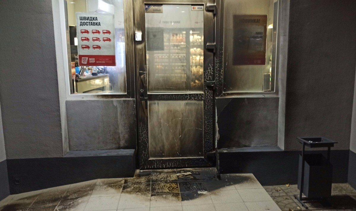 В Херсоне неизвестные подожгли магазин на Шуменском