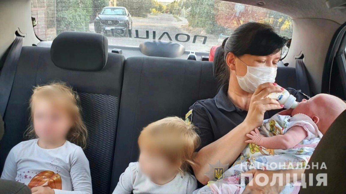 В Херсоне полицейские составили админпротоколы на женщину, которая бросила троих детей на бабушку