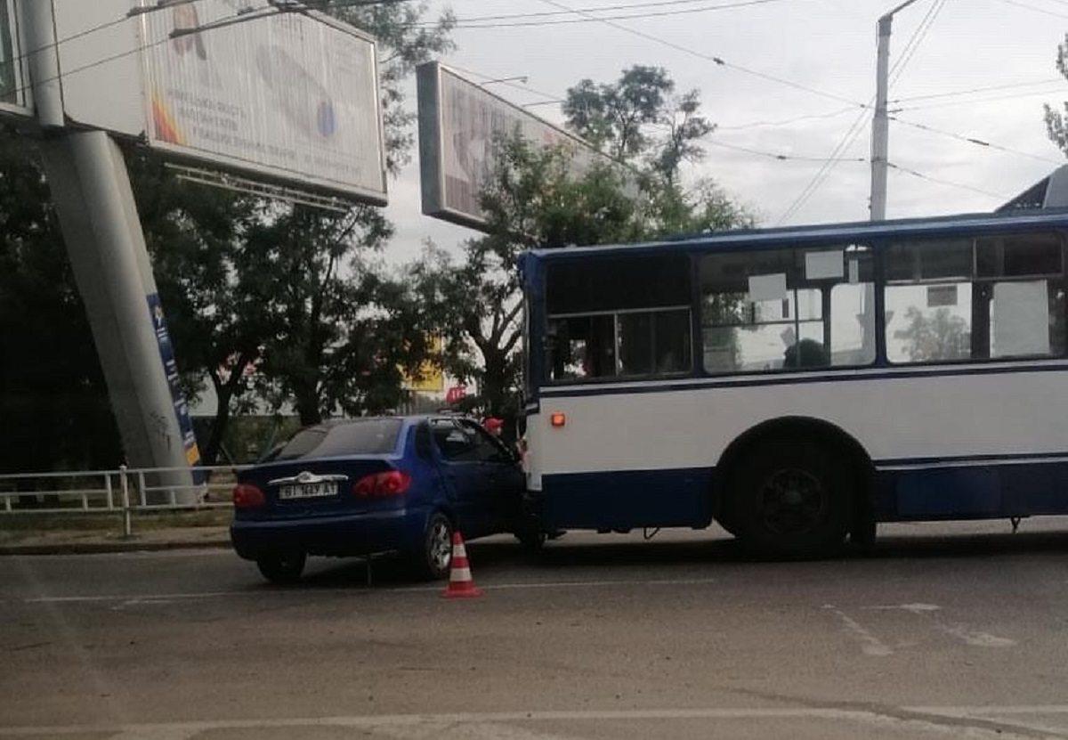 В Херсоне ДТП с троллейбусом создало автомобильную пробку