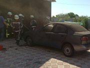 Херсонские пожарные спасли от огня легковушку в Камышанах