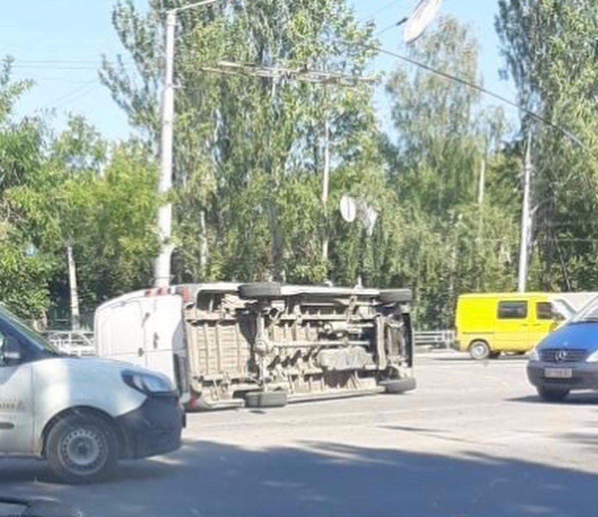 В Херсоне на площади Победы перевернулся микроавтобус