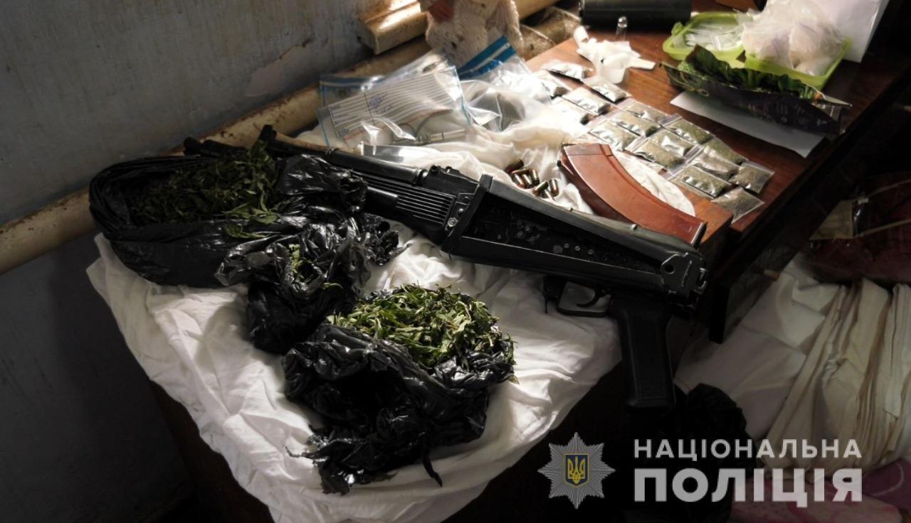 В Херсоне полицейские изъяли у уголовника автомат, гранату и марихуану
