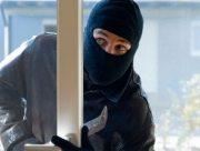 В Олешківському районі у власній оселі пограбували жінку