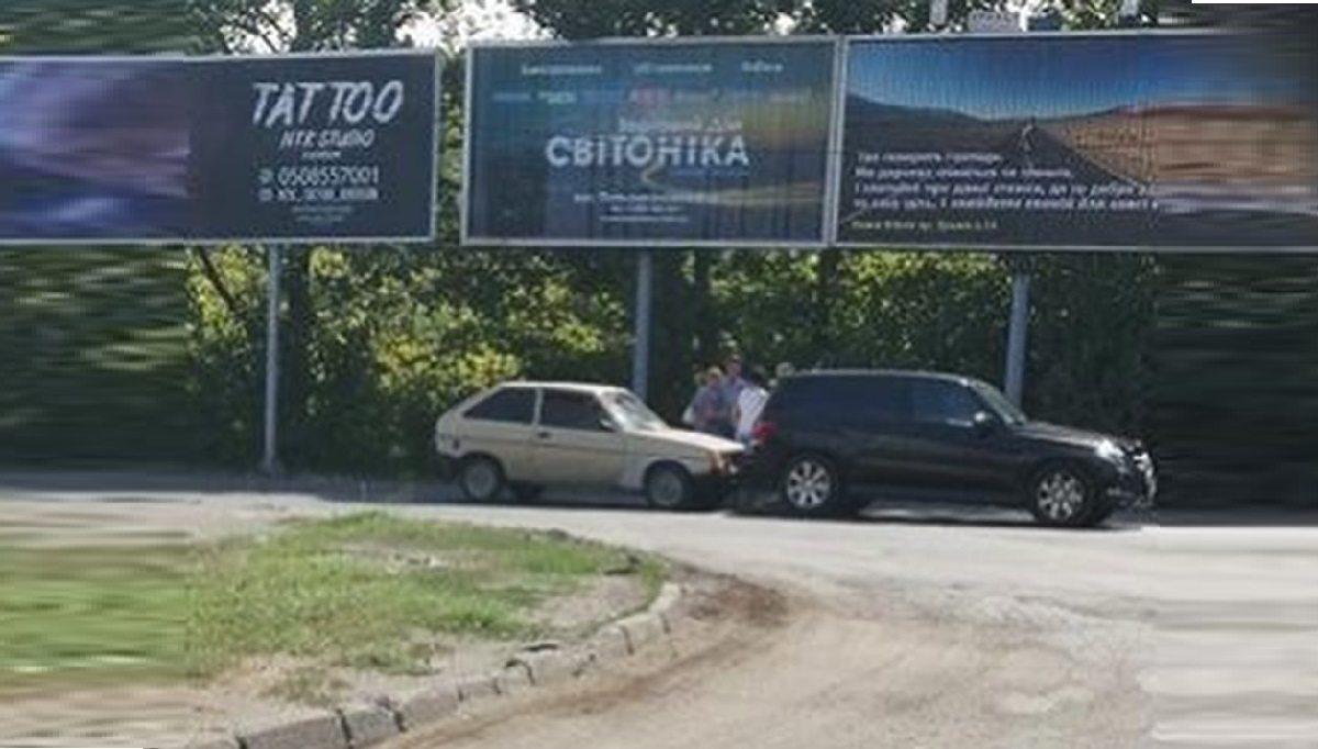 """В Херсоне ЗАЗ врезался в """"Мерседес"""""""