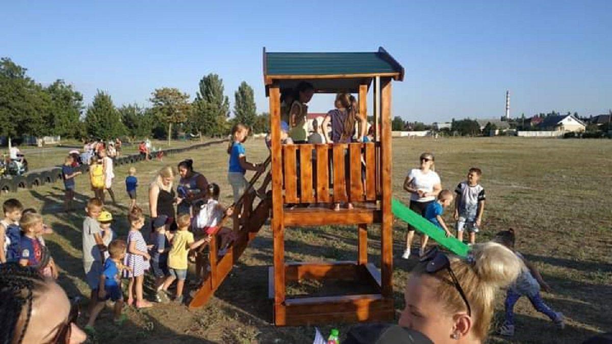 В Херсоні для дітей з селища Текстильників встановили дерев'яний будинок з гіркою