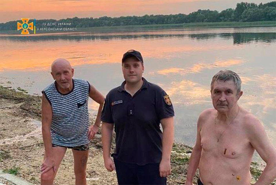 рятувальники, чоловіки, вода